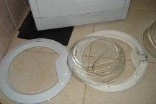 Съем разбитого стелка с люка стиральной машины