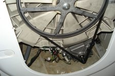Стиральная машина Indesit со снятой задней крышкой.